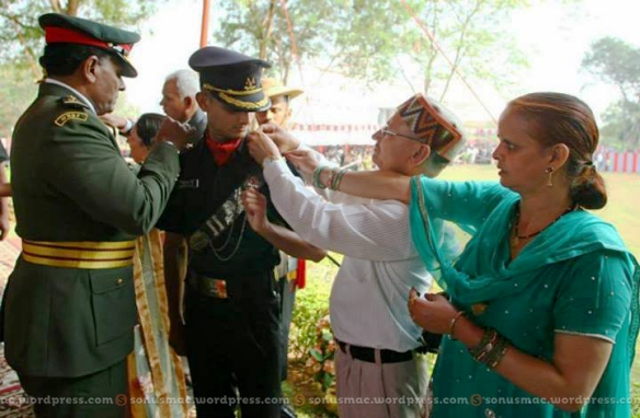 AUO Ajay Pal Singh being pipped by Maj Gen Ahmed Shiyam and his parents.